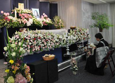 色とりどりに飾られた花祭壇